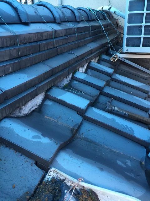 葛城市で下屋根にある棟の漆喰調査
