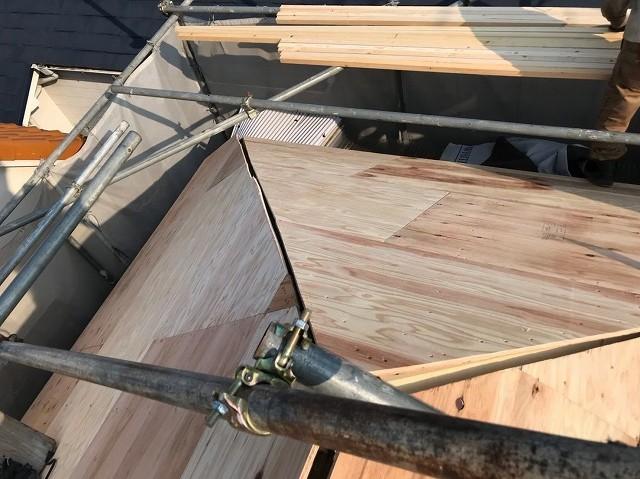 五條市の屋根に野地板を増し張り