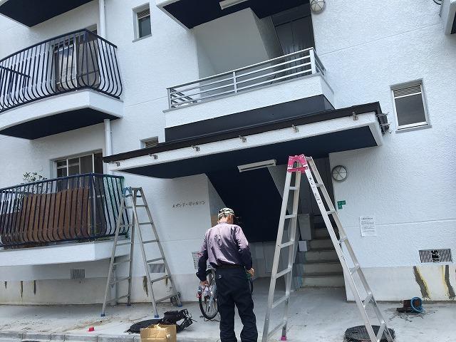 奈良市のマンション玄関の雨樋金具取り付け