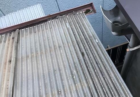 河合町で雨樋の不具合にて横樋落下