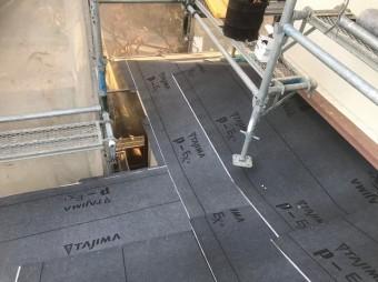防水紙の設置と足場