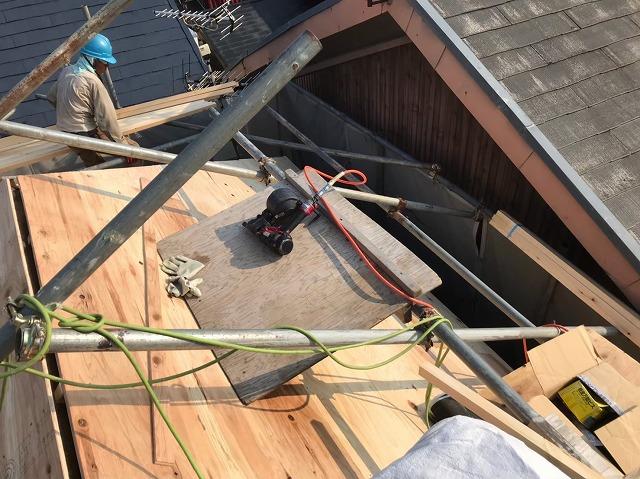 御所市の入母屋屋根に野地板設置