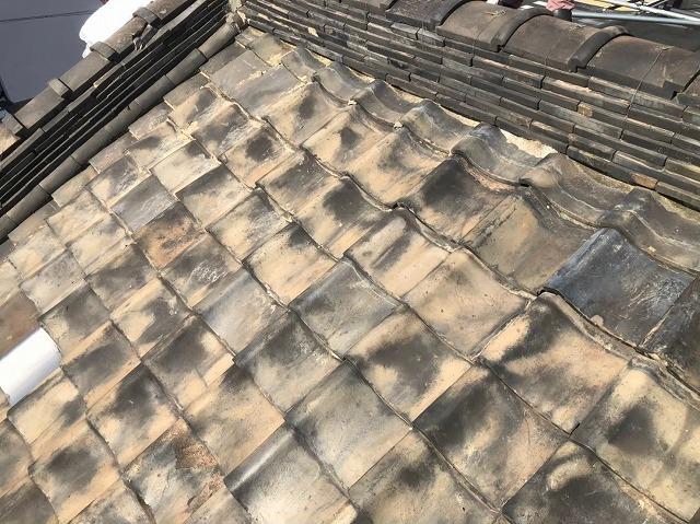 屋根葺き替え前の瓦屋根の様子