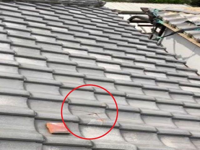 橿原市の大屋根の飛来物でひび割れた瓦