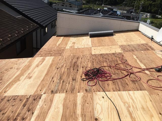 香芝市のトタン屋根の新しい野地板を増し張り