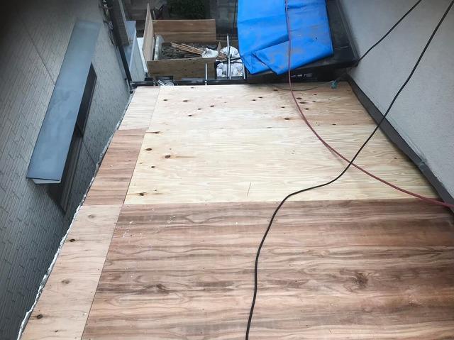 野地板の増し張りを施工