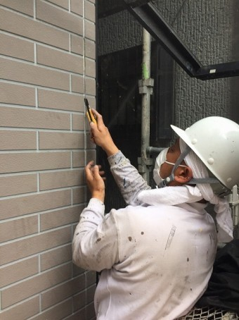 外壁シール工事の様子