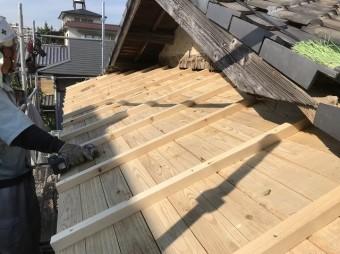 王寺町の妻下部分に補強垂木設置