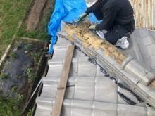 御所市で崩壊している隅棟の補修作業中