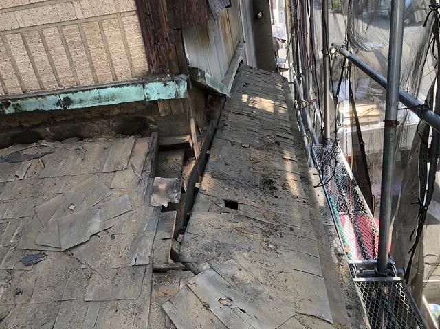 奈良市の雨漏り修理の下屋根のバラ板で出来た野地板