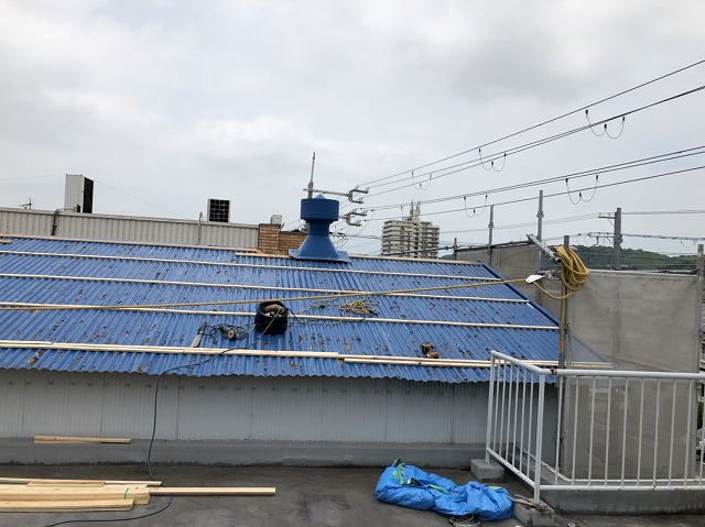 王寺町の大波スレート屋根の横桟固定完了