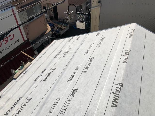 生駒市の葺き替え工事で防水紙を設置