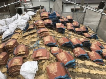 生駒市で陶器瓦屋根の解体作業