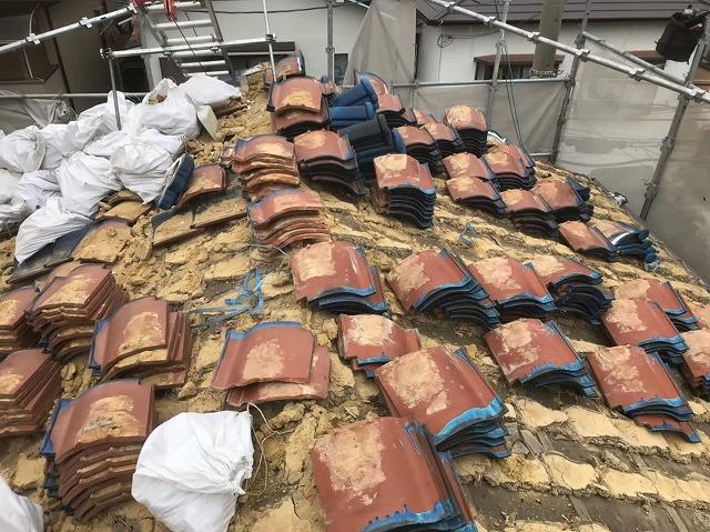 生駒市で青い陶器瓦屋根の撤去作業