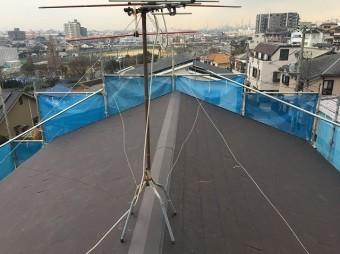 スレート材設置の様子スレート材設置の屋根の様子