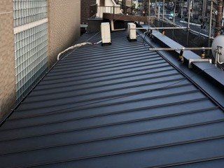奈良市の店舗の屋根に立平葺きガルバ設置