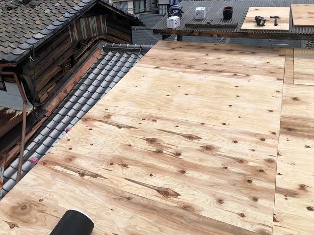 奈良市で2階部分の屋根に野地板を設置
