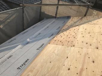 野地板の上からグレーの防水紙