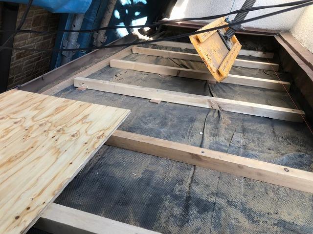 下屋の不陸調整で補強垂木使用