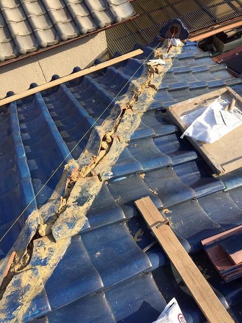 王寺町の釉薬瓦屋根の隅棟の撤去