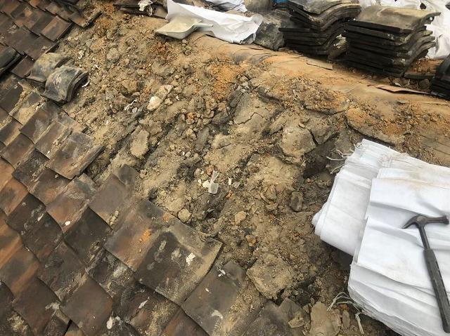 大量の葺き土と棟