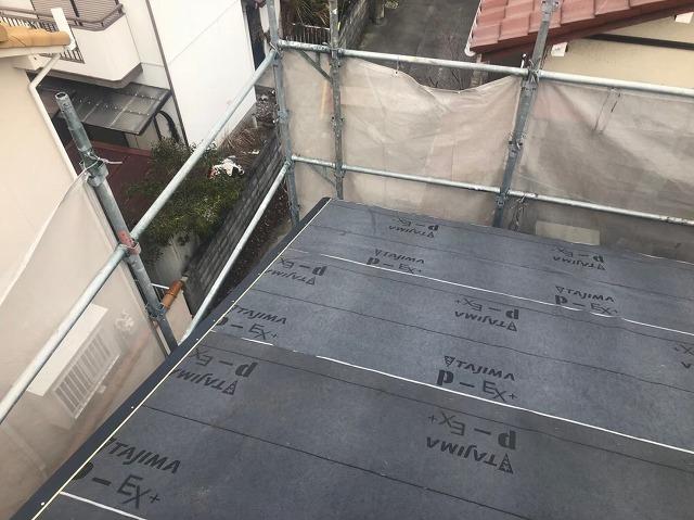 香芝市の新築住宅の下屋根の水切り板金施工中