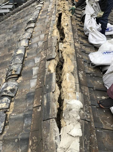 奈良市の瓦屋根の瓦と葺き土を撤去