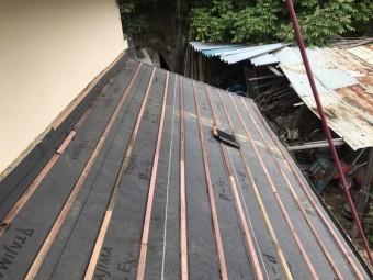 瓦桟設置の下屋根