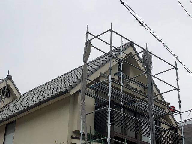 斑鳩町で急勾配屋根に足場設置