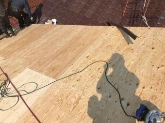 大屋根部分の増し張りと写真をとる影