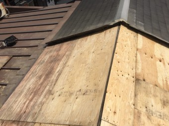 野地板を張った屋根の様子