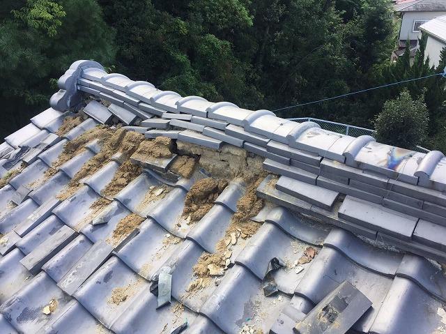 御所市で屋根の棟からの雨漏りで棟瓦の補修工事と漆喰の詰め直し工事