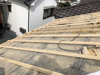 王寺町で瓦解体後補強垂木を設置