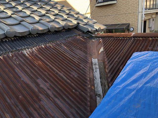 ブルーシートで応急処置後の屋根