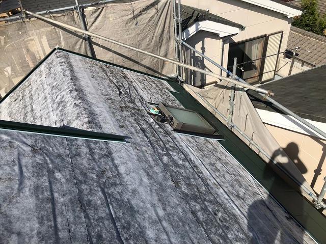 天理市のカバー工法で防水紙を設置