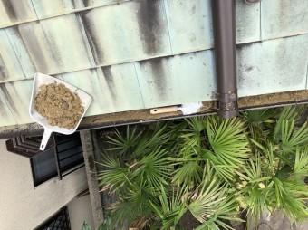 橿原市の土の溜まった雨樋の清掃