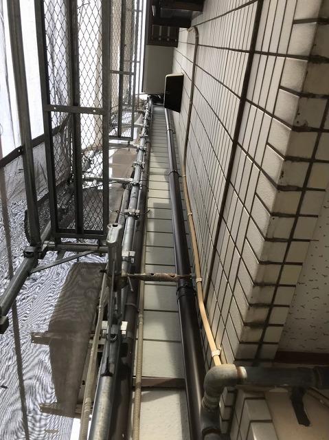 茶色い雨樋の取り換えと足場
