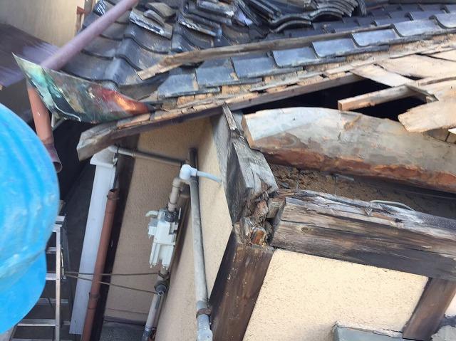 瓦の撤去後垂木の修理