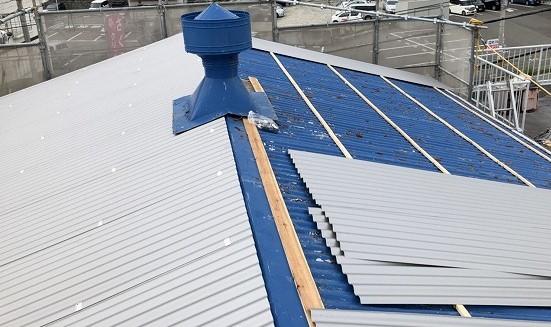 王寺町の大波スレート屋根にリファインルーフ設置