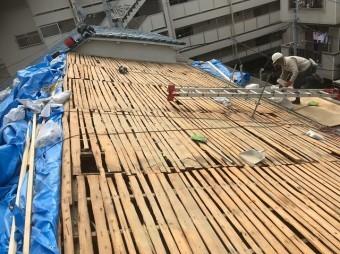 奈良市 長屋の釉薬瓦屋根 バラ板