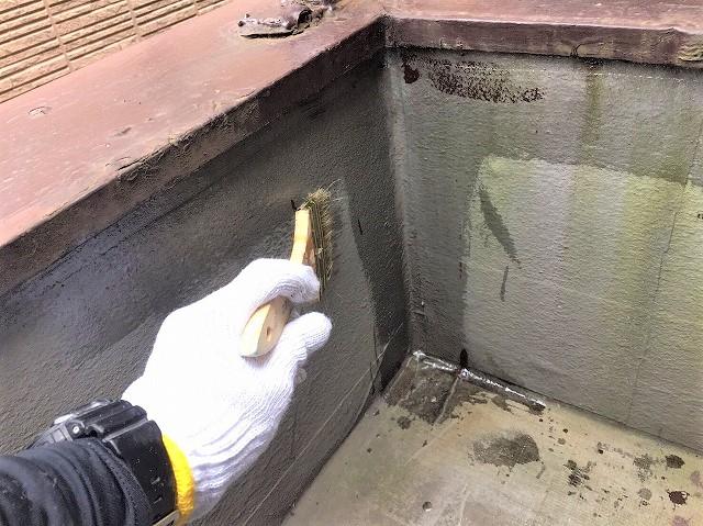 奈良市でベランダの防水工事でシーラー塗布