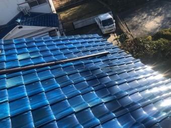 平群町で和瓦の下屋根に落下している横樋の様子