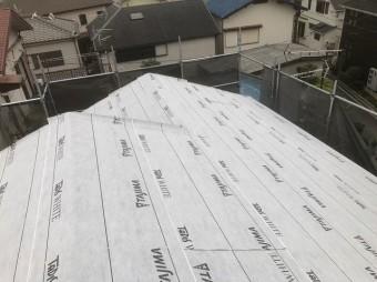 防水紙を設置と近隣の家