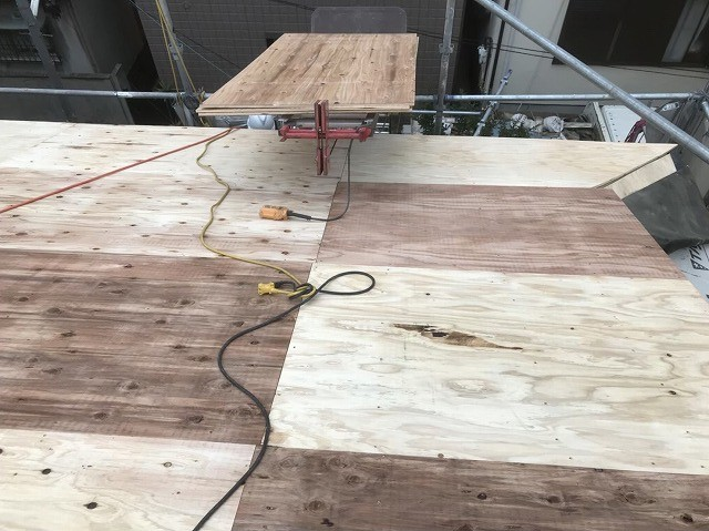 王寺町の屋根を構造用合板を増し張り