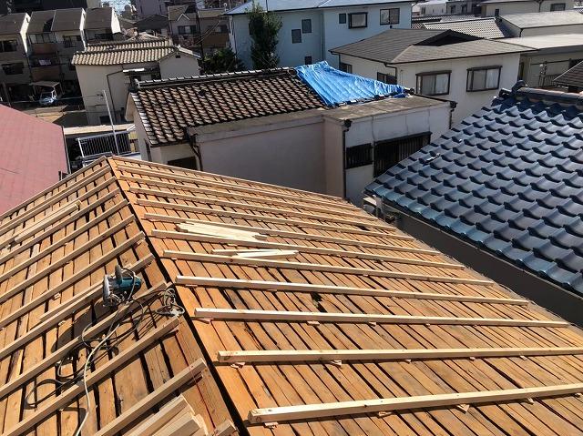 天理市の屋根葺き替え工事の不陸調整の様子