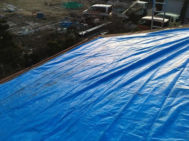 工事途中の雨養生の屋根