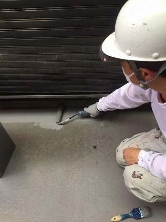 バルコニーの防水塗装作業