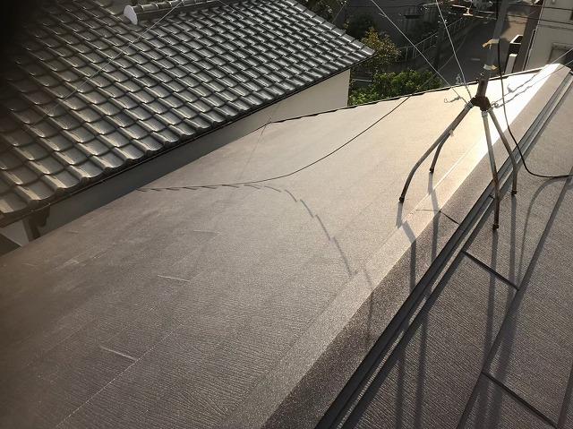 瓦屋根からガルテクトへ葺き替え完了と隣の屋根