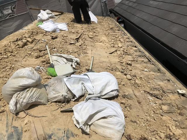 王寺町の青色釉薬瓦屋根の瓦撤去