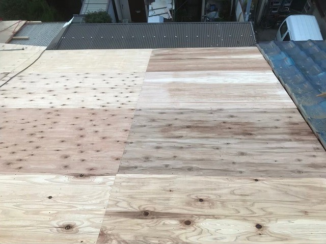 奈良市の瓦屋根に野地板増し張り